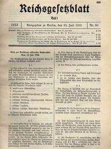 Na fotografiji je prikazan list novina u kojima je objavljen Zakon o nasljednim bolestima kojeg je donio njemački Reichstag 1933. godine.