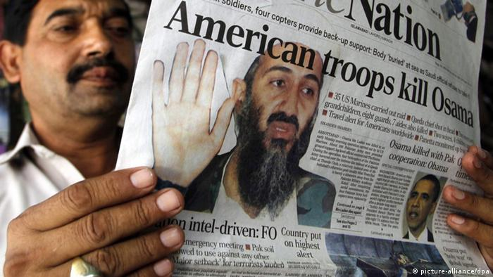 A man reads a paper The Nation about the killing of bin Laden in May 2011. (Photo: EPA/ARSHAD ARBAB +++(c) dpa - Bildfunk+++)