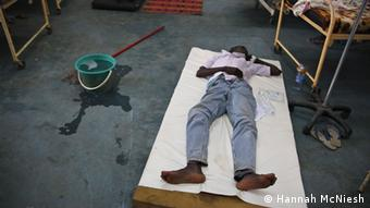 Young man suffering from malaria, lying on a bed in a Juba hospital. Copyright: Hannah McNiesh via Mark Caldwell, DW Englisch für Afrika