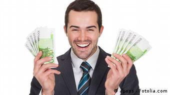 Мужчина с банкнотами в руках