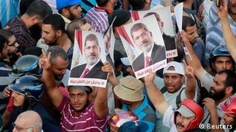 Na última segunda-feira (8.07) pelo menos 51 pessoas morreram e 435 ficaram feridas em confrontos registados entre a polícia e as Forças Armadas e apoiantes de Morsi (na foto)