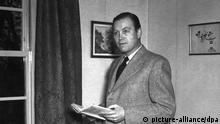 Otto John, von 1950-54 Präsident des Bundesamts für Verfassungsschutz (undatierte Aufnahme). Unter ungeklärten Umständen gelangte John im Juli 1954 - angeblich als politischer Flüchtling - in die DDR. Er selbst erklärte nach seiner ebenso überraschenden Rückkehr in die Bundesrepublik im Dezember 1955, Opfer einer Entführung gewesen zu sein. Dennoch wurde John 1956 wegen Landesverrats zu vier Jahren Zuchthaus verurteilt. Bis zu seinem Tod am 26. März 1997 bemühte er sich vergeblich um eine vollständige Rehabilitierung.