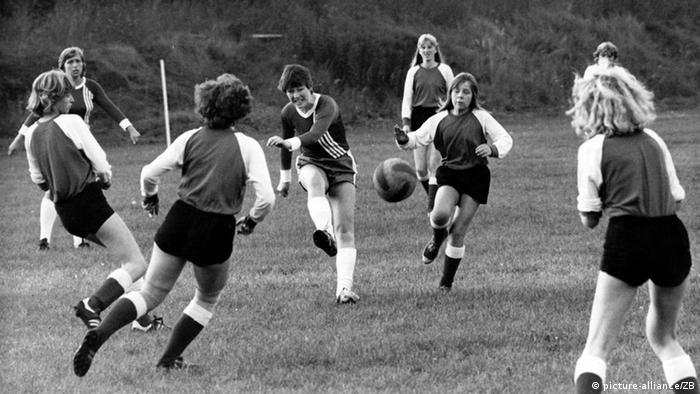 Frauenfußball historisch DDR Mannschaft (picture-alliance/ZB)