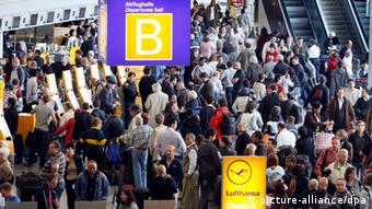Толпа пассажиров у стоек регистрации