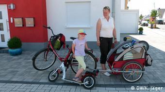 Susanne Möller (Mitte) und ihre Kinder Lisa und Lars im Neubaugebiet Weilerswist-Süd (Foto: Karin Jäger/ DW)