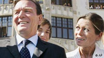 Mehr als drei Jahre nach dem Amoklauf mit 17 Toten am Erfurter Gutenberg-Gymnasium steht Bundeskanzler Gerhard Schroeder, links, neben der Schuldirektorin Christiane Alt