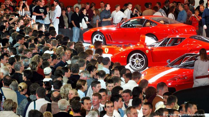IAA Masses of visitors at the IAA Ferrari exhibit in 2003 (picture-alliance/dpa/dpaweb)