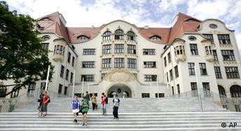 Auf einem Archivbild vom 6. Juli 2005 laufen Schueler auf den Stufen des Gutenberg Gymnasiums in Erfurt.