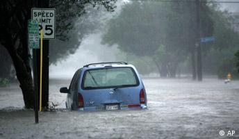 Hurrikan Katrina überflutete Straße unterhalb New Orleans