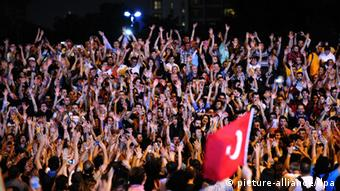 Turkish protestors celebrate at the enter of Gezi Park at the first day of Ramadan during a anti government protest (photo: EPA/GEORGI LICOVSKI +++(c) dpa - Bildfunk+++)