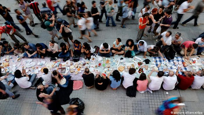 Turkish protestors are breaking their fast in front at the first day of Ramadan at Istiklal Street during a anti government protest near Taksim Square in Istanbul, (photo: EPA/TOLGA BOZOGLU +++(c) dpa - Bildfunk+++)