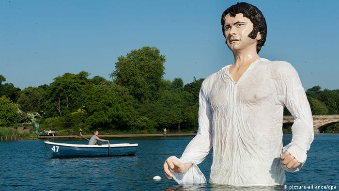 A statue dedicated to actor Colin Firth as Mr. Darcy (picture-alliance/dpa)