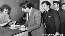Italian guest workers exchange lira in Wolfburg in 1962. (Copyright dpa - Bildfunk)
