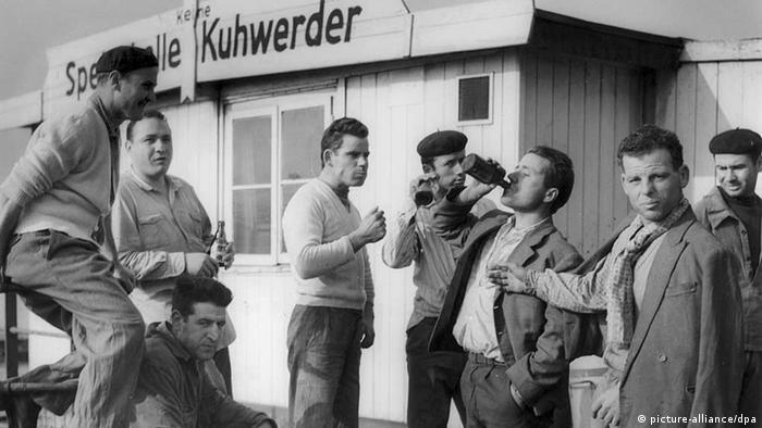 Italian dockworders during a breakfast break at the Hamburg port in 1960. (Copyright dpa - Bildfunk)