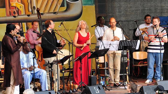 Flötenspieler mehrerer Nationen auf einer Bühne in Rudolstadt Foto: Horst Krauth