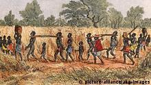 Sklavenkarawane / Holzstich Sklavenjagd in Afrika, 1870. - 'Sklavenkarawane'. - (Mangbetu-Neger, Gebiet des heutigen Sudan). Holzstich, 1892, spaetere Kolorierung. E: Slave caravan / Africa / Woodcut / 1870 Slave hunt in Africa, 1870. - 'Slave Caravan'. - (Mangbetu Negro, today in the Sudan region). Woodcut, 1892, colour applied later. F: Caravane d'esclaves / Gravure sur bois Chasse d'esclaves en Afrique, 1870. - 'Caravane d'esclaves'. - (Tribu des Mangbetu, du Soudan actuel). Gravure sur bois, 1892, coloriee post.
