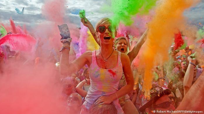 هولی نه تنها در هند، بلکه در کشورهایی مانند ایالات متحده امریکا، بریتانیا، کانادا و استرالیا نیز جشن گرفته می شود. مهاجران هندی در این کشورها جشنواره را به همان روشی که در وطن خود برگزار می کنند، جشن می گیرند. جشن هولی در آلمان نیز برگزار می شود، اما امسال به دلیل همه گیری ویروس کرونا همه جشنواره های عمومی در این کشور لغو شده اند.