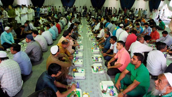 مسلمون ينتظرون الإفطار في شهر رمضان في السعودية