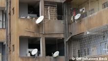 Ich trete die Rechte an die DW ab. Bitte meinen vollständigen Namen Johannes Beck im Copyright angeben. Johannes Beck (DW) Titel: Satelliten-Antennen in Maputo Schlagworte: Pay-TV, Parabol-Antennen, Satelliten-TV, Fernsehen Ort: Maputo, Mosambik Fotograf: Johannes Beck (DW) Datum: 06.11.2012 Beschreibung: Parabolantennen in einem Hinterhof an der Av. 24 de Julho in Maputo. Über die Satelliten-Antennen schauen die Bewohner vor allem, Pay-TV von Anbietern wie ZAP oder DSTV.