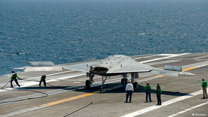 Eine unbemannte X-47B Drohne auf dem Deck des USS George H. W. Bush Flugzeugträger im Atlantik vor der Küste von Norfolk, Virginia am 10. Juli 2013. REUTERS/Rich-Joseph Facun (UNITED STATES - Tags: MILITARY SCIENCE TECHNOLOGY)