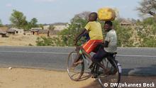 Ich trete die Rechte an die DW ab. Bitte meinen vollständigen Namen Johannes Beck im Copyright angeben. Johannes Beck (DW) Titel: Fahrradfahrer Schlagworte: Fahrrad, Transport, Wasser, Fahrradfahrer Ort: Changara, Tete Mosambik Fotograf: Johannes Beck (DW) Datum: 11.11.2012 Beschreibung: Fahrradfahrer im Ort Changara in der mosambikanischen Provinz Tete. Auf dem Land ist das Fahrrad in Mosambik ein verbreitetes Transportmittel für Personen und Lasten, so wie in diesem Fall für Wasser (gelber Kanister).