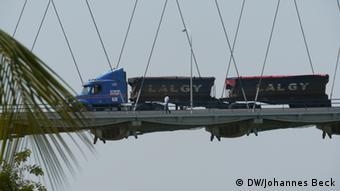 Lastwagen mit Kohle auf Brücke über den Sambesi-Fluss in Tete. Foto: Johannes Beck/DW