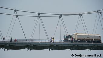 Lastwagen auf der Sambesi Brücke in Tete
