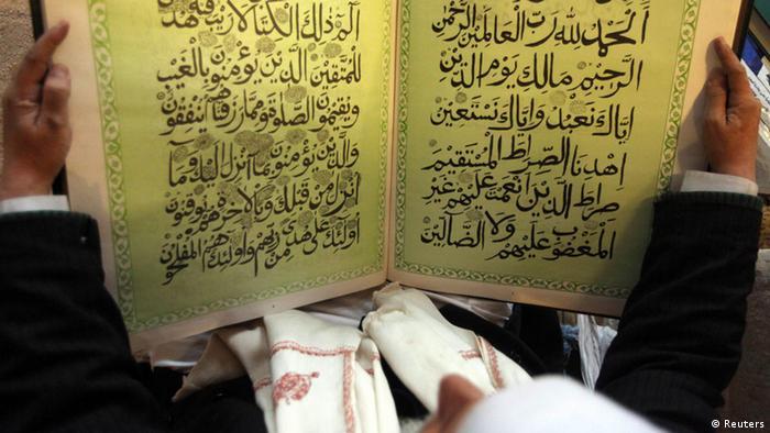 Ein Mann liest im Koran