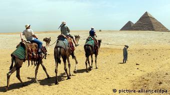 Touristen auf dem Weg zu den Pyramiden von Gizeh in Ägypten (Foto: dpa)