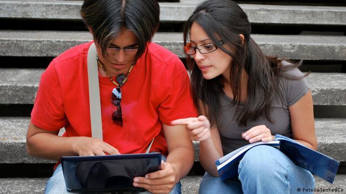 Estudiantes latinoamericanos con una computadora.