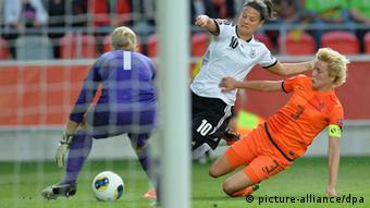 Dzsenifer Marozsan (M) of Germany challenges for the ball with Daphne Koster (r) and Goalkeeper Loes Geurts of Netherlands during the UEFA Women's EURO 2013 Group B soccer match between Germany and the Netherlands at the Växjö Arena in Vaxjo, Sweden, 11 July 2013. Photo: Carmen Jaspersen/dpa +++(c) dpa - Bildfunk+++