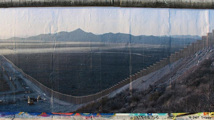 East Side Gallery Panoramabilder von Kai Wiedenhöfer in Berlin Grenzzaun zwischen USA und Mexiko (DW/T. Tropper)