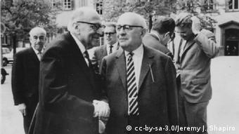 Max Horkheimer (front left) und Theodor W. Adorno in 1964, Jürgen Habermas is pictured in the back with his hand in his hair, Copyright: cc-by-sa-3.0/Jeremy J. Shapiro