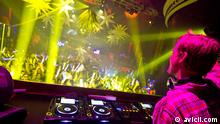 Avicii (* 8. September 1989 in Stockholm; bürgerlich Tim Bergling) ist ein schwedischer DJ, Remixer und Musikproduzent.[1] Weitere Künstlernamen von Tim Bergling sind Tim Berg, Tom Hangs und Jovicii. Bekannt wurde er im Jahr 2010 durch die Lieder My Feelings for You, Seek Bromance, Blessed und Levels. Pressefoto von http://www.avicii.com/photos/