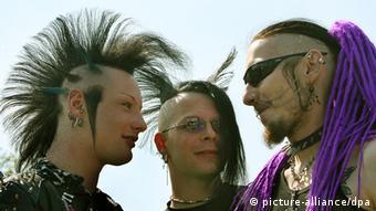 Three young men dressed as Goths Photo: Waltraud Grubitzsch +++(c) dpa - Report+++