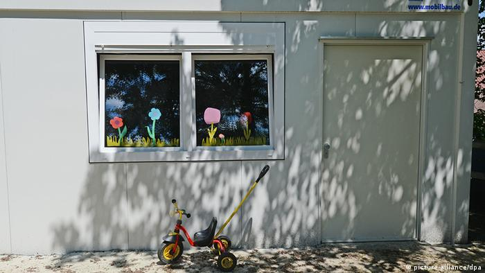 Außenaufnahme von einer Kita, die in einem Container untergebracht ist (Foto: Franziska Kraufmann/dpa)