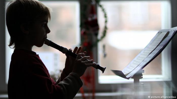 Johannes spielt an einer Schweriner Musikschule auf der Blockflöte