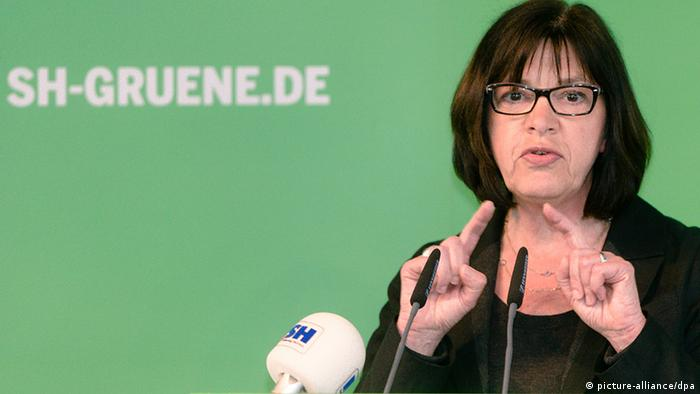 Rebecca Harms in front of a Greens banner. (Photo: picture-alliance/ dpa)