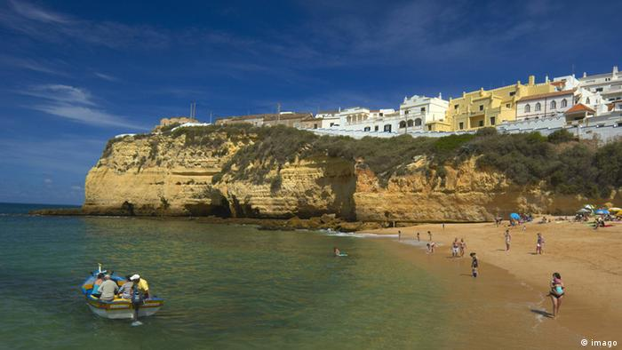 A beach in Algarve Portugal, with buildings on top of a cliff overlooking the sea. (imago)