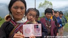Menschen in Bhutan üben das Wählen