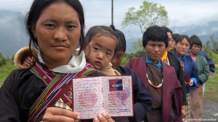 Menschen in Bhutan üben das Wählen (picture-alliance/dpa)