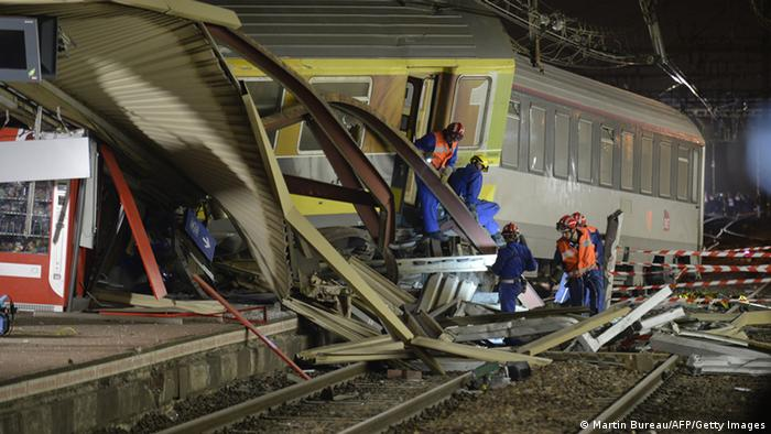 The mangled platform roof and derailed train cars´(Photo: MARTIN BUREAU/AFP/Getty Images)