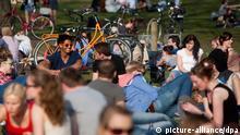 Studenten genießen am Freitag (23.03.2012) am Aasee in Münster die Sonne. In den kommenden Tagen soll das frühlingshafte Wetter andauern. Foto: Rolf Vennenbernd dpa/lnw