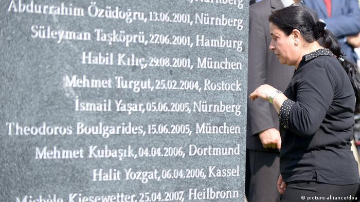 Elif Kubasik frente a la piedra conmemorativa colocada en Dortmund para las víctimas del terror de la NSU.