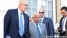 Interimsregierungschef Hasem Al-Beblawi (Mitte) und der stellvertretende Interimspräsident und Friedensnobelpreisträger Mohammed El-Baradei (links) nach Beratungen in Kairo (Foto: dpa)