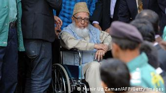 Former head of opposition Jamaat-e-Islami party Ghulam Azam (C) escorted by security personnel and lawyers as he emerges from the Bangladesh International Crimes Tribunal in Dhaka on January 11, 2012. (Photo: AFP)
