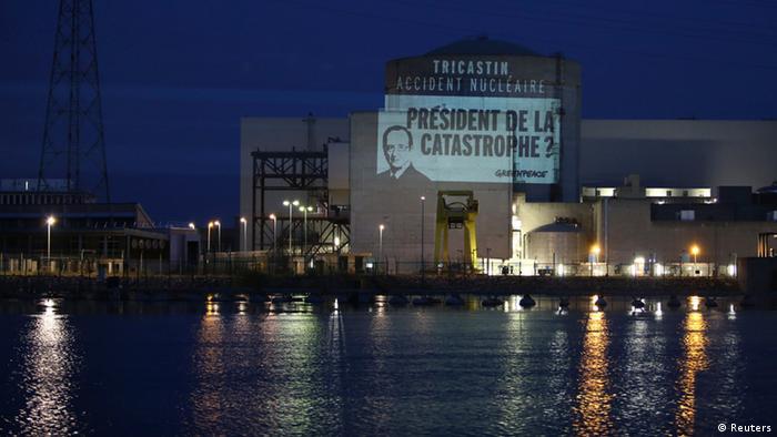 Летом 2013 Greenpeace провела нашумевшую антиядерную акцию: она спроецировала на одну из французских АЭС портрет Франсуа Олланда с вопросом Президент катастрофы?