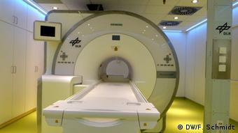 Ein Magnetresonanztomograf und Positronen-Emissions-Tomograf (MRT-PET) mit einer eingebauten Natrium-Spule, die dazu dient, im Körper eingelagertes Salz dichtbar zu machen. Aufgenommen am 5. Juli 2013 am medizinischen Forschungslabor Envihab des Deutschen Zentrums für Luft- und Raumfahrt (DLR) in Köln-Wahn (Foto: Fabian Schmidt/DW)