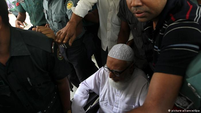 Former Jamaat-e-Islami leader Ghulam Azam (C) is escorted by security people as he is taken to the court for the verdict in Dhaka, Bnagladesh 15 July 2013. (Photo: EPA/ABIR ABDULLAH pixel)