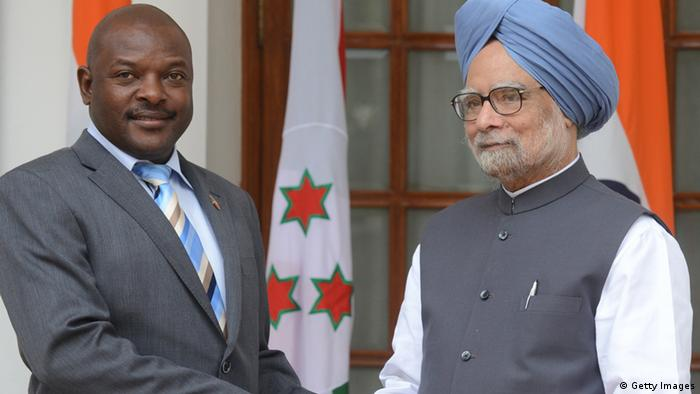 President of the Burundi, Pierre Nkurunziza (L) shakes hands with Indian Prime Minister Manmohan Singh at a meeting in New Delhi on September 18, 2012. Nkurunziza is in India for a three-day state visit. AFP PHOTO/RAVEENDRAN (Photo credit should read RAVEENDRAN/AFP/GettyImages)